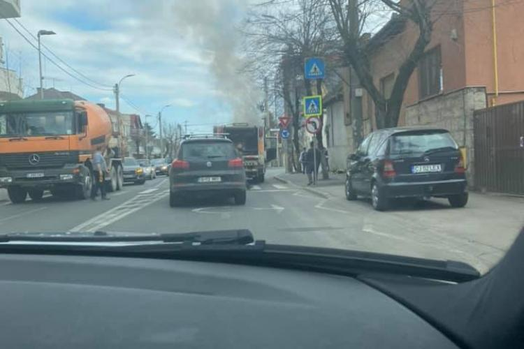 Mașina de gunoi a luat foc pe Constantin Brâncuși - FOTO
