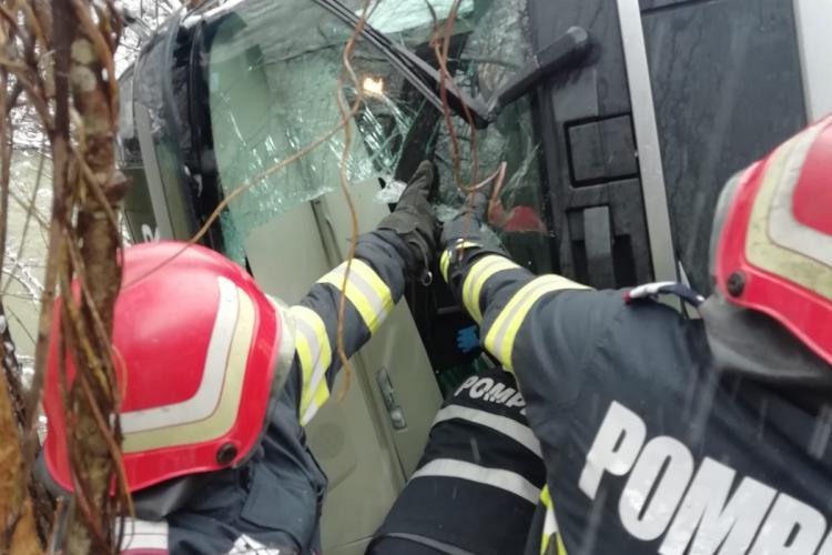 Accident grav în Alba, pe DN 75, la Sălciua. Un TIR a riscă să cadă în Arieș - FOTO