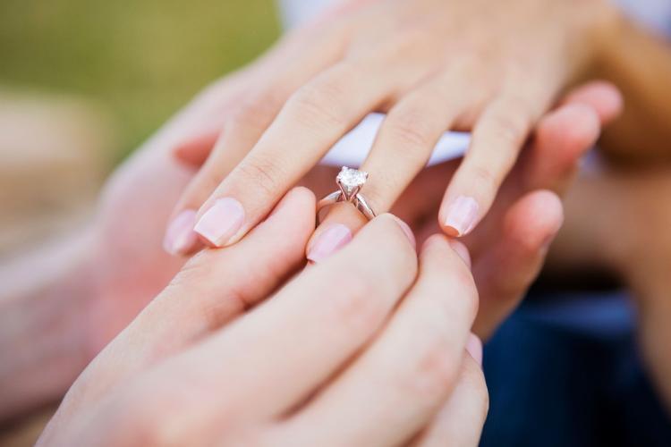Persoanele care nu se căsătoresc până la 35 de ani pot scoate bani mulți din buzunar. Totul va fi legal