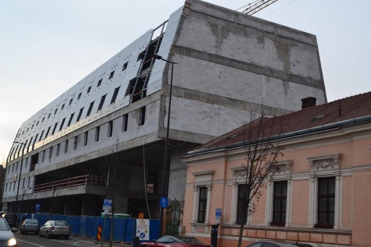 Arhitecții hotelului Star Wars, de pe Avram Iancu, au promis că fac o altă fațadă