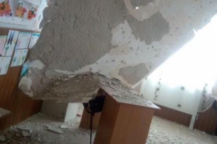 Tavanul unei școli recent renovată s-a PRĂBUȘIT peste bănci - FOTO