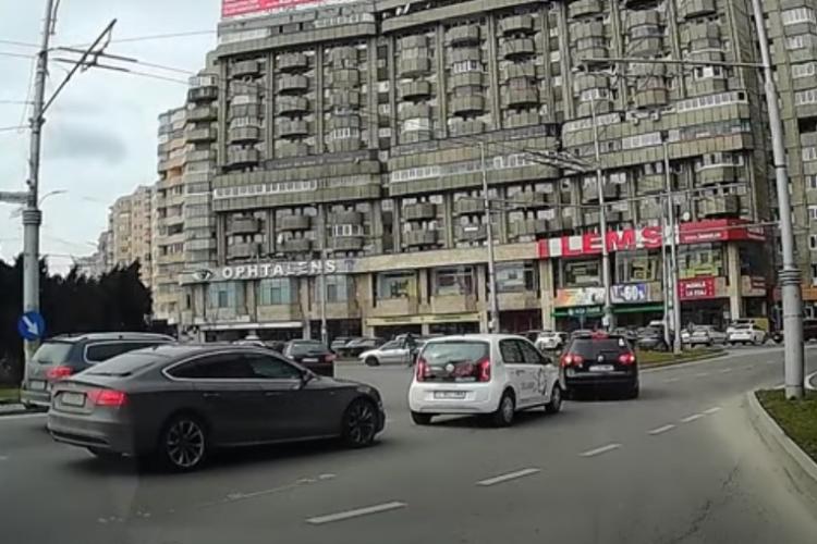 """O """"cutie de chibrituri"""" a intrat într-un VW, în sensul giratoriu din Mărăști! Cine e vinovat? - VIDEO"""