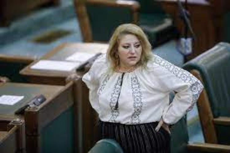 """Diana Șoșoacă îi ia apărarea medicului Flavia Groșan: """"Este o bătaie de joc! O voi susține până când o să-mi dau duhul"""