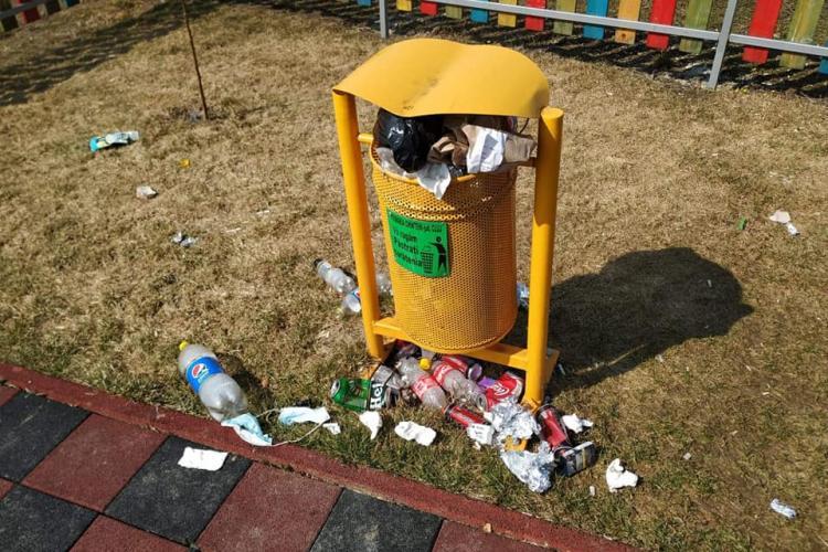 Lecția dată de un primar din Cluj, după ce parcul era plin de pet -uri, țigări și gunoaie. Cum încearcă să îi EDUCE - FOTO
