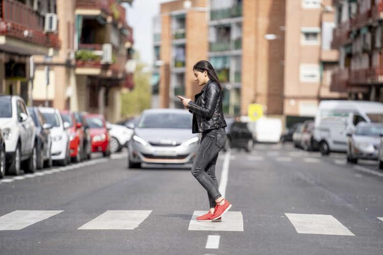 Pietonii care se uită în telefon când traversează strada ar putea fi amendați