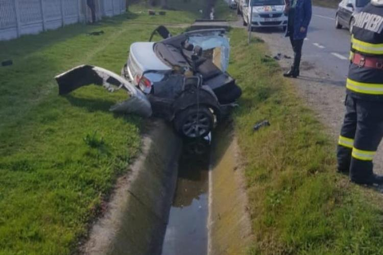 BMW rupt în două în urma unui impact violent cu un cap de pod - FOTO