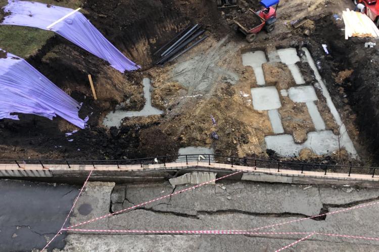 Zidul de sprijin de pe Edgar Quinet, la un pas să cadă. Primăria a fost și s-a uitat și acum locuitorii așteaptă dezastrul - FOTO