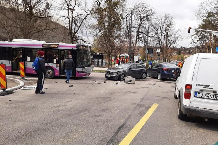 Accident pe Aleea Stadion. Un BMW a măturat tot în cale - FOTO