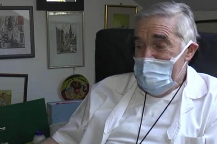 Un medic din Cluj, de 72 de ani, aflat în scaun cu rotile, erou pentru zeci de bătrâni