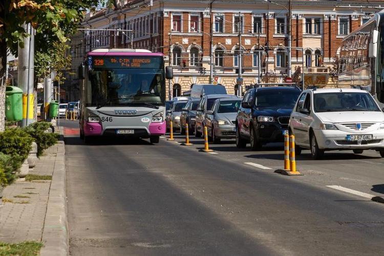 Taximetriștii din Cluj spun că au dreptul legal să circule pe benzile dedicate autobuzelor - FOTO