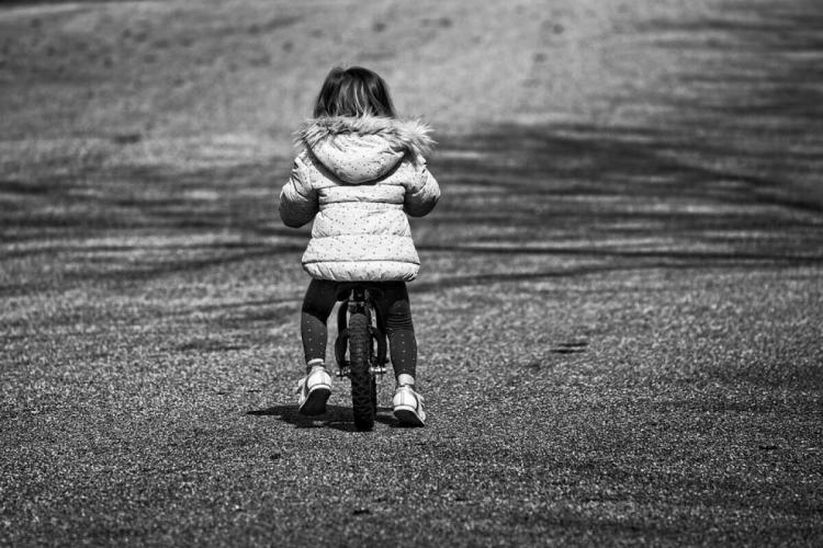 O fetiță de trei ani a murit după ce a fost călcată de mașina condusă chiar de tatăl ei