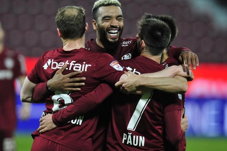 """CFR Cluj învinge pe Dinamo, scor 1-0. Victorie muncită. """"Câinii"""" au rămas în 9 oameni"""