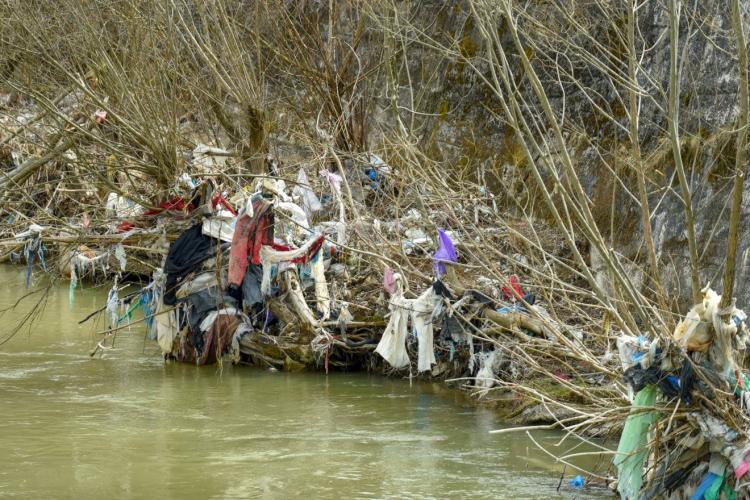 Arieșul la Turda este o groapă de gunoi. Imagini triste cu Arieșul, comoara locală a Turzii - FOTO