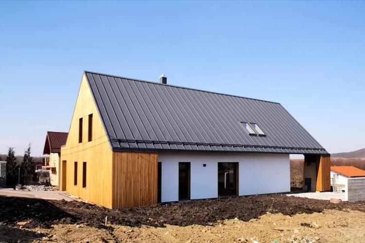 Casă din baloți de paie la Cluj! Se poate și arhitectură rurală de calitate!