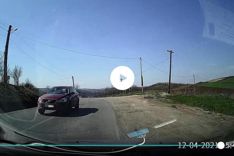 Scenă de infarct pe un drum din Cluj! A luat curba ca un adevărat kamikaze: Ne vedem la Poliție! - VIDEO