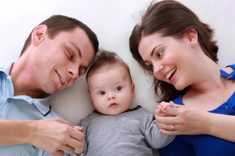 Stimulente financiare pentru părinți să revină la lucru! Părinții cu copii mici sunt chemați la muncă