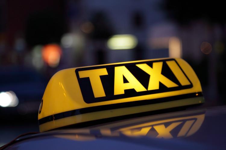 Omenia încă mai există! Un taximetrist a ajutat un tată cu un copil bolnav în miez de noapte