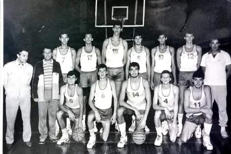 Echipa de AUR a baschetului clujean, cu Ghiță Mureșan în mijloc - FOTO