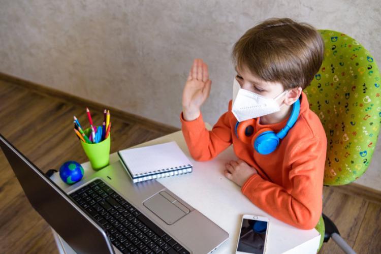 Sondaj pentru părinți: Ce opinie au ei despre școala online vs. offline și despre modificarea anului școlar?