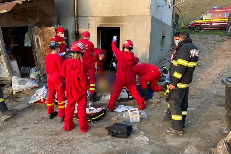 Explozie la o casă din Baciu, satul Popești Deal. Pompierii resuscitat o femeie și au salvat-o, după o intervenție dramatică