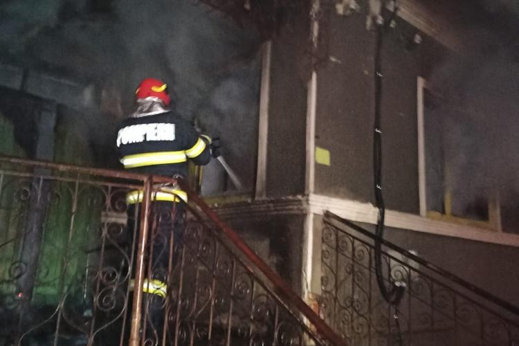 Incendiu în Vâlcele. Un bărbat plin de arsuri a ajuns la spital - FOTO