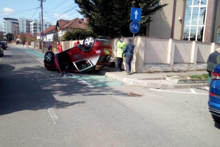 Accident în Gheorgheni! Un taxi a ajuns cu roțile în aer - FOTO
