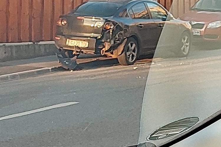 """Un TIR a """"julit"""" serios o mașină parcată lângă Kaufland Mănăștur - FOTO"""