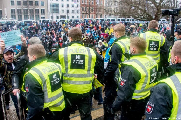 Germania: Sute de persoane au protestat cerând reguli mai stricte de combatere a pandemiei