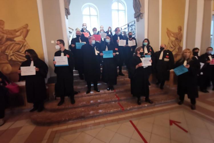 VIDEO - Avocații protesează la Cluj în semn de susținere cu avocatul Robert Roșu, condamnat la închisoare