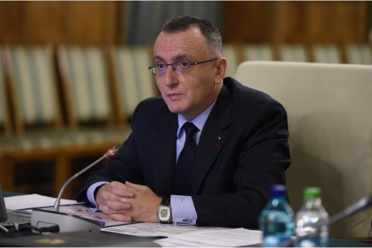 Ministrul Cîmpeanu recunoaște: mai multă materie înseamnă mai multe teme, dar nu ia masuri de reducere a programei, ci vrea modificarea calendarului