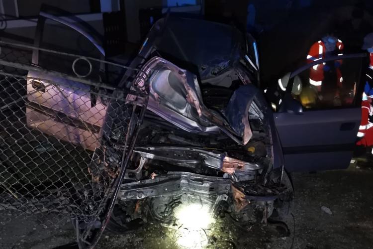 Accident grav în Iclod. Noaptea trecută un șofer a lovit un stâlp electric - FOTO