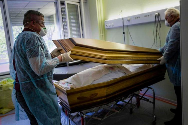 Teoria unui expert în servicii funerare. Ce se va întâmpla cu trupurile morților de COVID înmormântați în saci din plastic