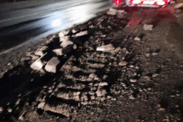 Incident rutier în Căpușu Mare! Un transport agabaritic a rămas blocat pe drum, cu roțile sparte - FOTO