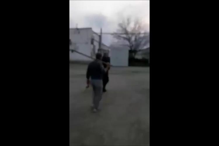 Florești: A sărit cu furca la proprietarii de câini care își periau animalele. Toleranță ZERO - VIDEO
