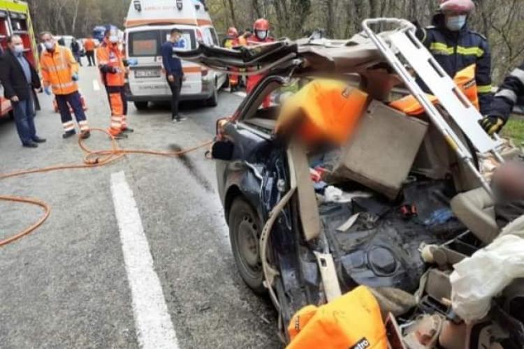 O mașină din Cluj a intrat sub un TIR la Vâlcea. Două persoane au murit - FOTO