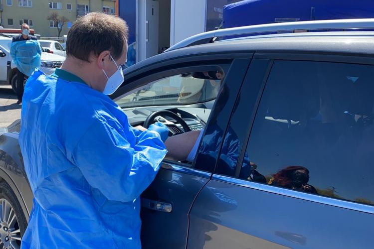 Coadă la vaccinarea din mașină! Centrul drive through de la Sala Sporturilor este un succes - VIDEO și FOTO