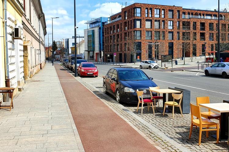 În Cluj-Napoca a apărut prima terasă în locul parcărilor. Mesele sunt aproape în trafic - FOTO