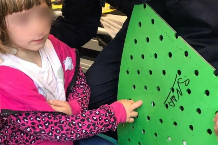 O fetiţă de cinci ani a ajuns la spital cu tot cu banca din parc pe care se juca