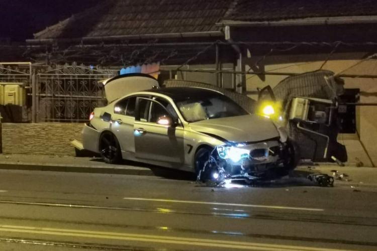 UN BMW scăpat de sub control a rupt un gard pe Bulevardul Muncii. Probabil gonea acasă - FOTO