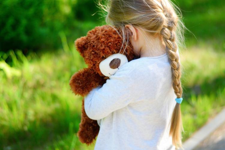 O fetiță de 8 ani, la un pas să fie răpită din parc. Autoritățile sunt în alertă