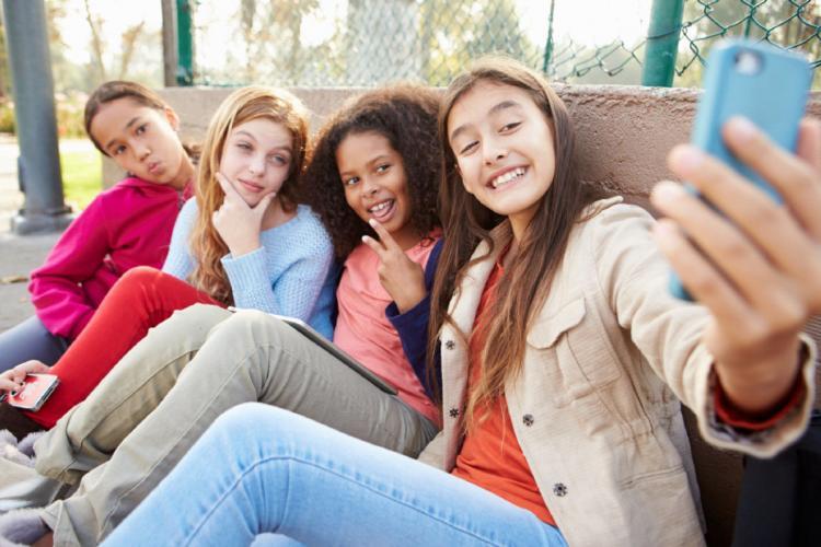 Una din 3 fete spune că părinții nu înțeleg presiunea de imagine pe care o simte pe rețelele de socializare