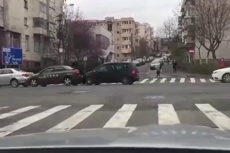 Accident FILMAT pe Observatorului! Stătea pe telefon și a intrat direct în mașinile oprite în coloană - VIDEO