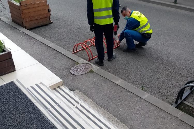 Abuz în Joia Mare? Poliția locală Cluj-Napoca a dispus desființarea parcărilor verzi, pentru biciclete și trotinete, din fața clădirii Yukon Cluj - FOTO