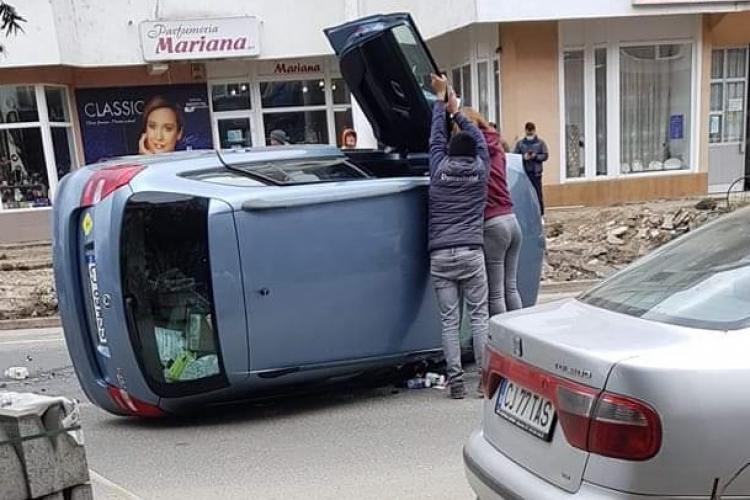 VIDEO - Accident cu trei mașini la Turda, provocat de o tânără de 21 de ani. O mașină s-a răsturnat - FOTO