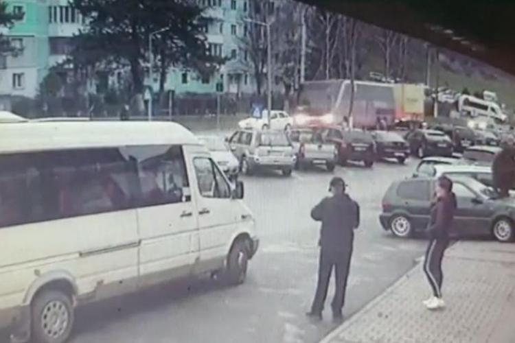 Un şofer a murit după ce maşina i-a fost lovită din spate de un autocar- FOTO