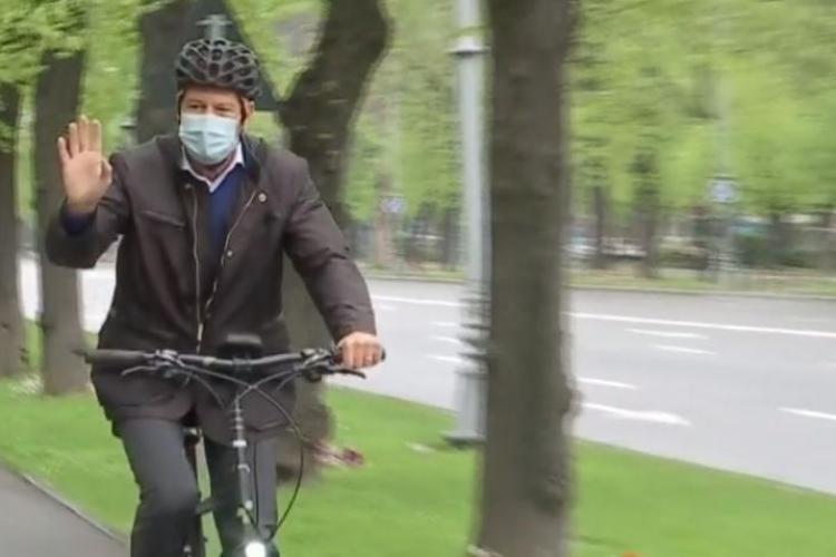 Președintele Klaus Iohannis, pe bicicletă prin trafic, spre Cotroceni, de vinerea verde - FOTO