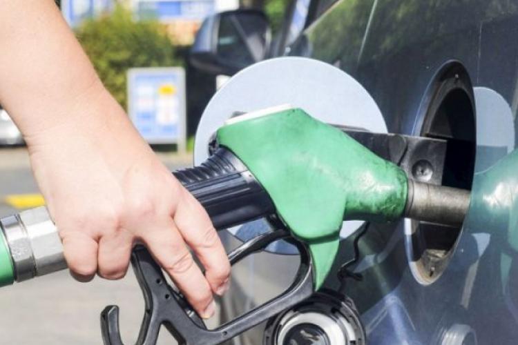 Benzina s-a scumpit cu peste 20% în 12 luni, iar motorina cu 15%