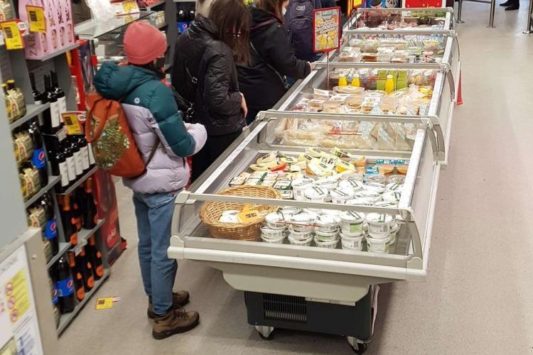 Decizia închiderii magazinelor la 18.00 e o bătaie de joc! Clujenii se îngrămădesc la Mega - FOTO