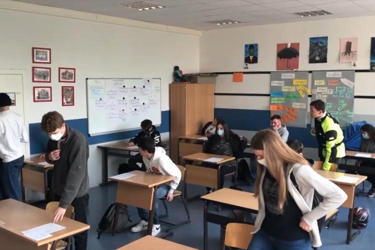După vacanța de Paște elevii din clasele terminale să vină la școală în efectiv complet și în scenariul roșu
