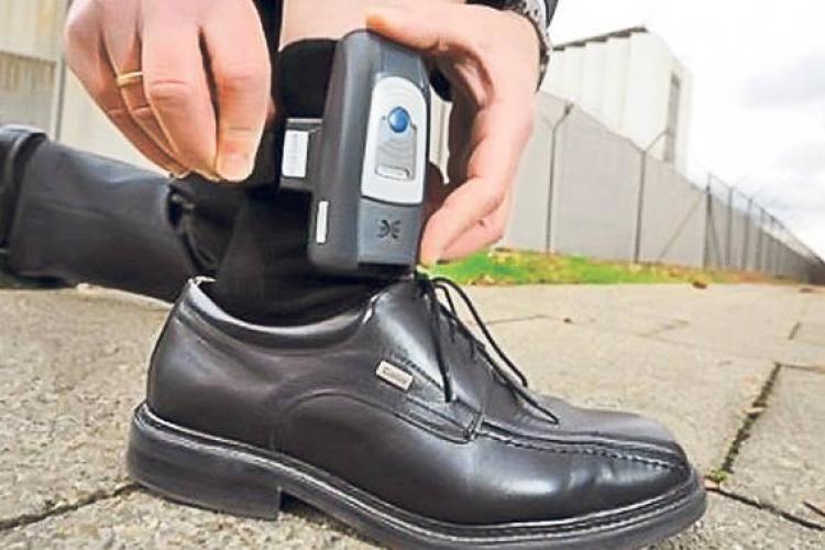 Agresorii vor fi monitorizaţi prin brățări cu GPS. Camera Deputaţilor a votat în unanimitate proiectul de lege